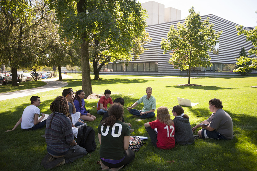 <strong>Classes are often held outdoors, in any of the many park-like settings in the immediate campus vicin</strong><br />